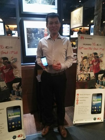 Johnson Ma with the latest Huawei Y6 LTE (1)